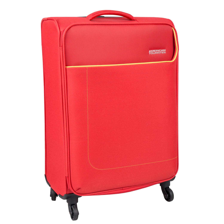Červený cestovní kufr na kolečkách