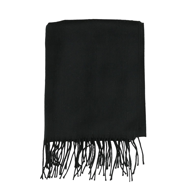 Černý šátek s třásněmi