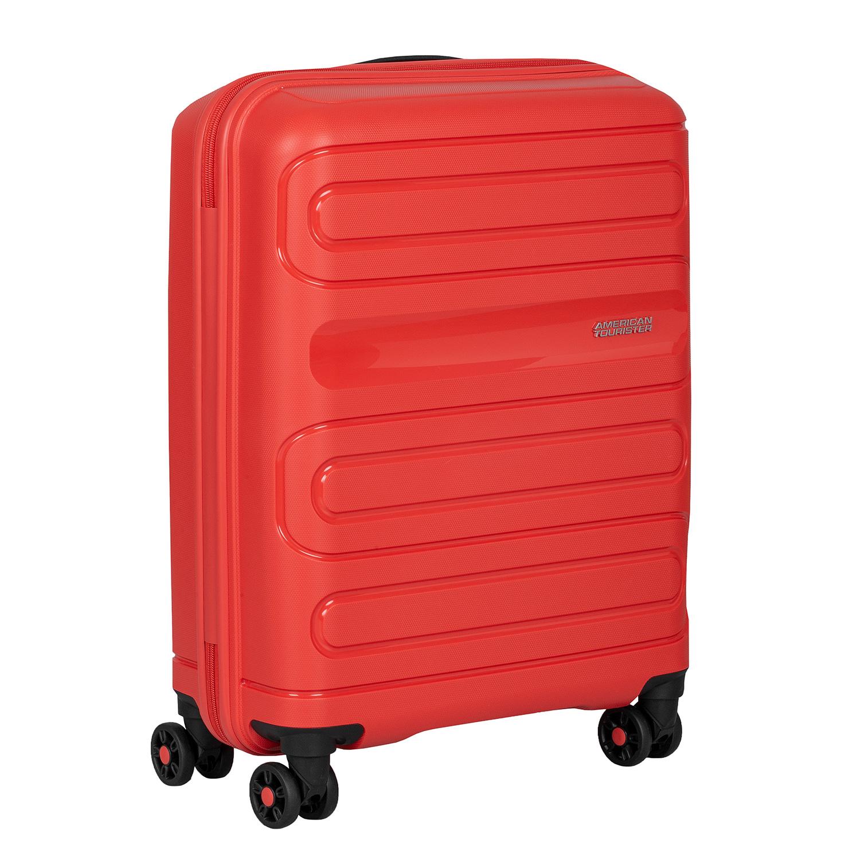 Červený cestovný kufor na kolieskach
